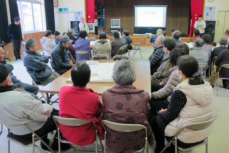 市担当者の説明に熱心に耳を傾け、防災について学ぶ参加者